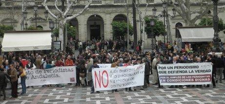 Concentración #periodigno en Sevilla. Imagen de la @aprensasevilla
