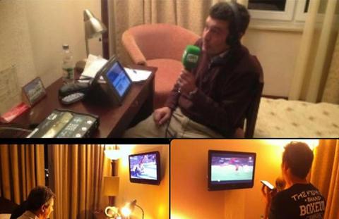 Locutores en sus hoteles durante el Bielorrusia-España. Foto de laprensa.hn