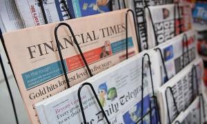 periódicos en estante